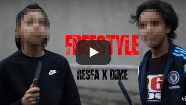 Capture d'écran d'un clip de rap violent, dans lequel deux mineurs scolariés dans un collège de Paris se mettent en scène, munis d'un couteau et d'une feuille de boucher. (YOUTUBE.COM / VISIONINDUSTRY)