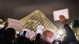 Des policiers en colère, rassemblés devant la pyramide du Louvre, à Paris, mardi 1er novembre. (SIMON GUILLEMIN / HANS LUCAS / AFP)