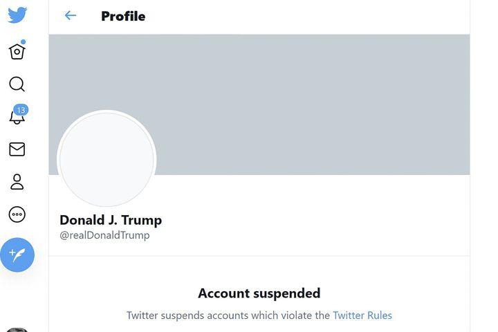 Le compte Twitter personnel de Donald Trump suspendu par l'entreprise, le 8 janvier 2021. (ERIC BARADAT / TWITTER / AFP)