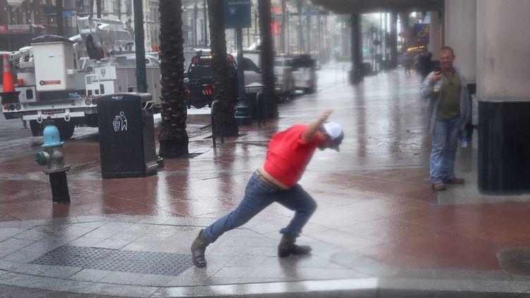 Une personne lutte contre le ventde l'ouragan Ida, le 29 août 2021 à La Nouvelle-Orléans, en Louisiane. (SCOTT OLSON / GETTY IMAGES NORTH AMERICA / AFP)