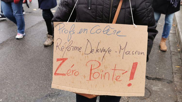 Des enseignants manifestent contre la réforme des retraites, le 10 décembre 2019 à Rennes (FRÉDÉRIC BÉNOT / FRANCEINFO / RADIO FRANCE)