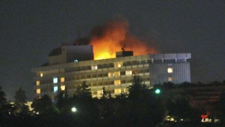 L'hôtel Intercontinental de Kaboul en flammes après une attaque des talibans (29 juin 2011) (AFP / Massoud Hossaini)