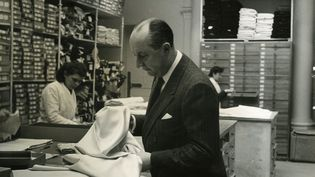Christian Dior choisit un tissu (Association Willy Maywald / ADAGP, Paris 2020)