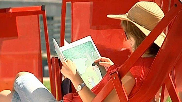 """La cabine de """"Lire à la plage"""", à Yport  (France3/Culturebox)"""