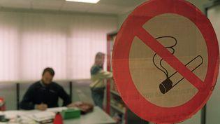 Des personnes travaillent dans un bureau réservé aux non-fumeurs, le 22 Octobre 1992. (GABRIEL BOUYS / AFP)