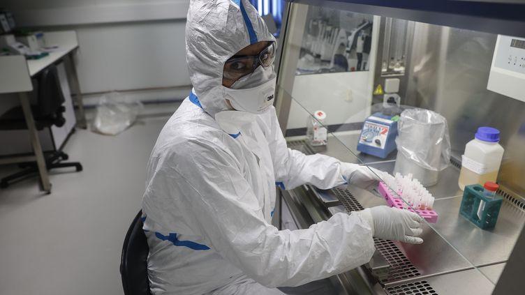 Une opératrice du laboratoire du Centre national de référence des virus respiratoires à l'Institut Pasteur à Paris, le 28 janvier 2020. (THOMAS SAMSON / AFP)