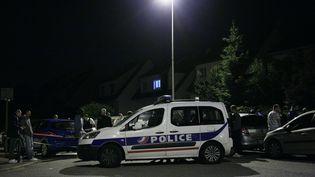 Des enquêteurs bloquent la ruepermettant d'accéder au domiciled'un couple de policiers à Magnanville(Yvelines), dans la nuit du 13 au 14 juin 2016. (MATTHIEU ALEXANDRE / AFP)