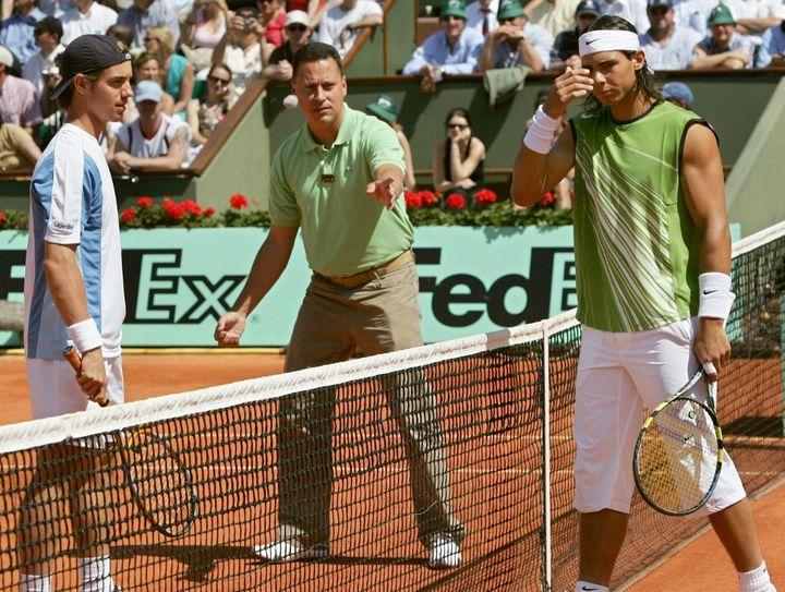 Richard Gasquet et Rafael Nadal lors du 3e tour de Roland-Garros, le 27 mai 2005. (THOMAS COEX / AFP)