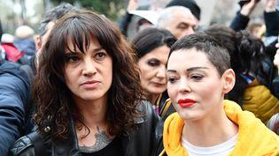 Les comédiennes Asia Argento et Rose McGowan, qui ont toutes les deux accusé Harvey Weinstein de viol, le 8 mars 2018 à Rome (Italie). (ALBERTO PIZZOLI / AFP)