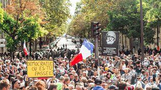 L'une des manifestation contre le pass sanitaire à Parisdans le 17e arrondissement de Paris. (CHRISTOPHE MICHEL / HANS LUCAS)