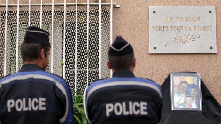 Des membres des forces de l'ordre rendent hommage au couple de policiers assassinés à Magnanville (Yvelines), le 15 juin 2016 à Ajaccio (Corse-du-Sud). (PASCAL POCHARD-CASABIANCA / AFP)