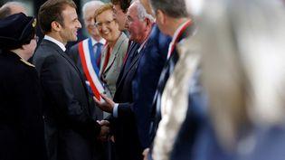 Emmanuel Macron serre la main du député Jean-Michel Clément, à Poitiers (Vienne), le 18 octobre 2021. (STEPHANE MAHE / POOL / AFP)