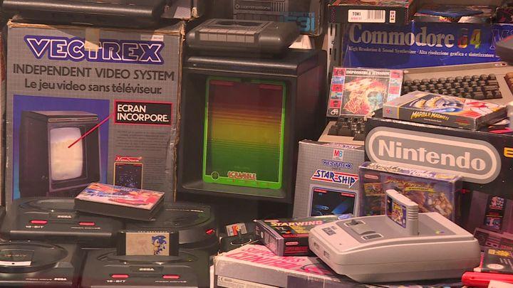 Consoles exposées au musée des jeux des années 80 (DERMERSEDIAN Valerie / France Télévisions)