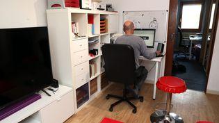 Un homme en plein télétravail à son domicile. Photo d'illustration.  (THIERRY GACHON / MAXPPP)
