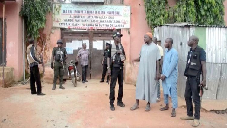 Policiers détenant les enseignants de l'école coranique, le 26 septembre 2019. (REUTERS TV / X00514)