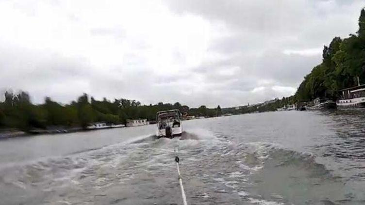 Le ski nautique sur la Seine, c'est possible (FRANCEINFO)