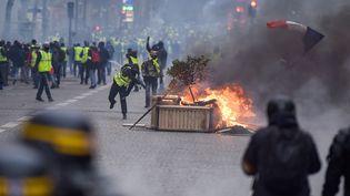 """L'acte IV de la manifestation des """"gilets"""" jaunes, sur les Champs-Élycées à Paris, le 8 décembre 2018. (LUCAS BARIOULET / AFP)"""