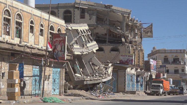 Le nord du Yemen, c'est l'un des bastions des Houthis, ces rebelles chiites en guerre contre les forces gouvernementales. Reportage dans ces zones dévastées par des raids aériens quotidiens. (France 24)