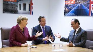 La chancelière allemande Angela Merkel, le Premier ministre britanniqueDavid Cameronet le président français François Hollande, àBruxelles (Belgique), le 15 octobre 2015. (YVES HERMAN / REUTERS)