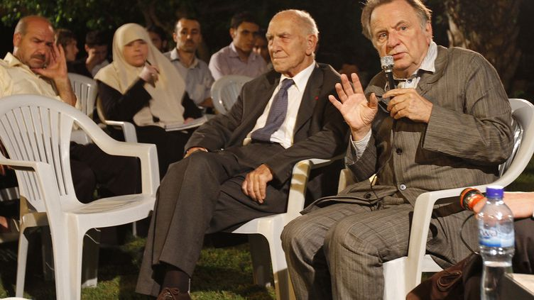 Stéphane Hessel (au centre), au côté du philosophe Régis Debray (à droite), lors d'une rencontre avec des Palestiniens francophones, au centre culturel de Gaza, le 27 octobre 2010. (MOHAMMED ABED / AFP)
