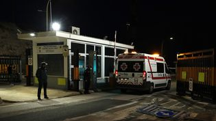 Une ambulance entre dans le port de Palma de Majorque(Espagne), pour venir en aide à 14 personnes secoures en mer, le 4 octobre 2021. (JAIME REINA / AFP)