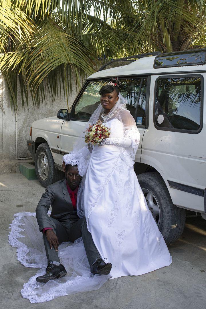 Photo de mariage traditionnelle. En posant devant une voiture, les mariés font savoir qu'ils ont les moyens de s'en offrir une. Mariani, Haïti, 15 avril 2017 (VALERIE BAERISWYL)