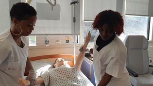 Joanna et Jackie, en apprentissage à l'école d'aide-soignants de la Croix-Rouge de Romainville, en Seine-Saint-Denis. (SOLENNE LE HEN / RADIO FRANCE)