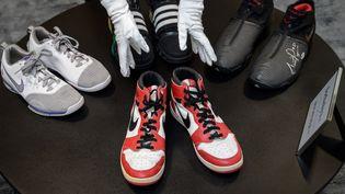 La paire d'Air Jordans de la légende du basketball Michael Jordan est l'un des joyaux de la vente aux enchères. (FABRICE COFFRINI / AFP)