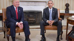 Le président élu, Donald Trump, et le président en exercice, Barack Obama, le 10 novembre 2016 à la Maison Blanche. (JIM WATSON / AFP)