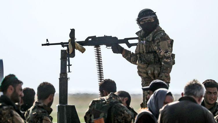 Des combattants des Forces démocratiques syriennes, à proximité de Baghouz, le 25 février 2019. (DELIL SOULEIMAN / AFP)