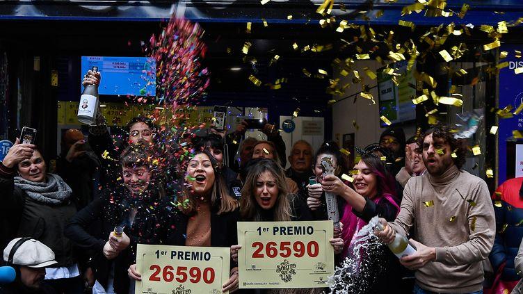 Des gagnants du gros lot à la loterie de Noël 2019 en Espagne. (OSCAR DEL POZO / AFP)