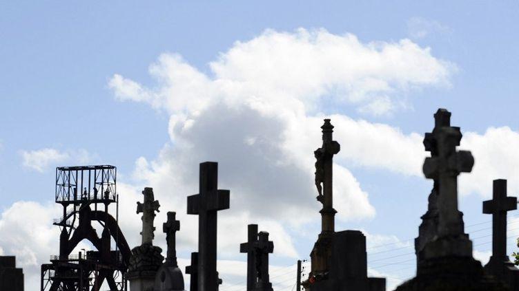 Les hauts-fourneaux de Florange (Moselle), dont la fermeture a été annoncée jeudi 27 septembre 2012, photographiés depuis un cimetière.  (JEAN-CHRISTOPHE VERHAEGEN / AFP)