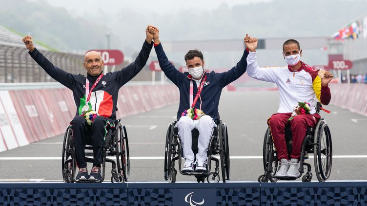 Florian Jouanny sur le podium de la course en ligne catégorie H1-2 des Jeux paralympiques de Tokyo, mercredi 1er septembre. (YONATHAN KELLERMAN / France Paralympique)