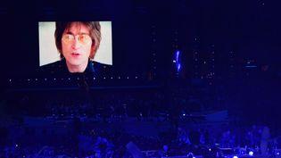 """L'un des moments forts de cette cérémonie, le défunt John Lennon chantant """"Imagine"""" sur écran géant. (GABRIEL BOUYS / AFP)"""
