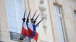 Les drapeaux français et européen sont mis en berne, à l'Elysée, à Paris, le 14 novembre 2015. (STEPHANE DE SAKUTIN / AFP)