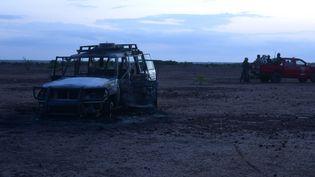 La carcasse du véhicule qui transportait des victimes de l'attaque meurtrière, le 9 août 2020, àKouré, au Niger. (BOUREIMA HAMA / AFP)