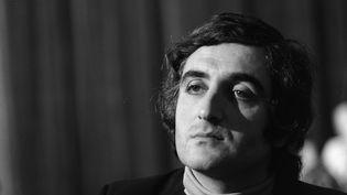 """Jean-Loup Dabadie lors du tournage de l'émission """"Le Grand échiquier"""" (12 décembre 1973) (JEAN ADDA / INA / via AFP)"""