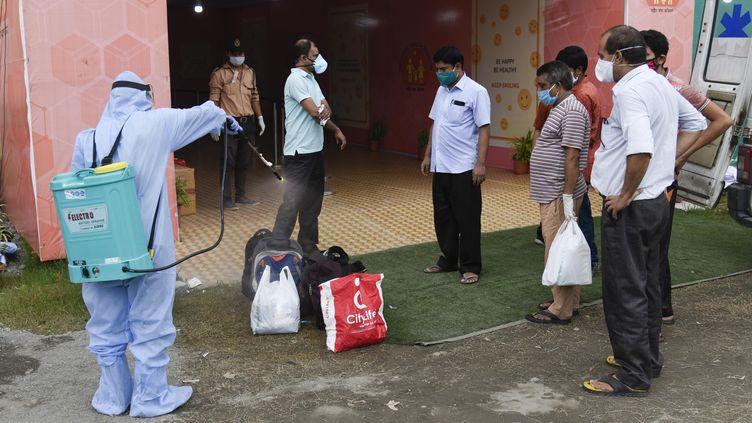 Des patients arriventdans un hôpital de fortune pour soigner les malades du Covid-19, le 3 juillet 2020 à Guwahati, dans l'Etat d'Assam (Inde). (DAVID TALUKDAR / NURPHOTO / AFP)