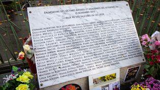 Une stèle en mémoire aux victimes des attentats du 13 novembre 2015, devant le Bataclan, le 12 novembre 2019. (AMAURY CORNU / HANS LUCAS / AFP)