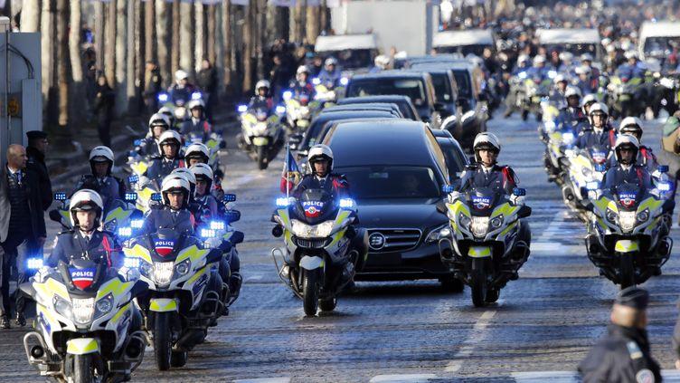 Le cortège funéraire de Johnny Hallyday pendant sa descente des Champs Elysées, le 9 décembre 2017. (GETTY IMAGES)