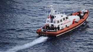 Un bateau des gardes-côtes italiens au large des côtes sud de l'Italie, où un nouveau navire transportant des migrants est en perdition, vendredi 2 janvier 2015. (FILIPPO MONTEFORTE / AFP)