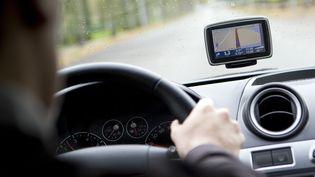 Un utilisateur du GPS Tom-Tom. (LEX VAN LIESHOUT / ANP / AFP)