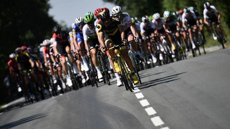 Le peloton, lors de la deuxième étape du 105e Tour de France, entre Mouilleron-Saint-Germain et La Roche-sur-Yon (Vendée), le 8 Juillet 2018. (JEFF PACHOUD / AFP)
