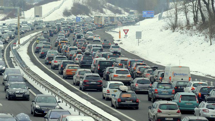 Des embouteillages entre Chambéry et Albertville (Savoie), le 7 février 2015. (JEAN-PIERRE CLATOT / AFP)