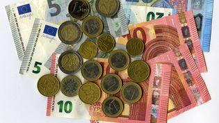 Des pièces et des billets en euros, photographiés en novevmbre 2019. (AFP)