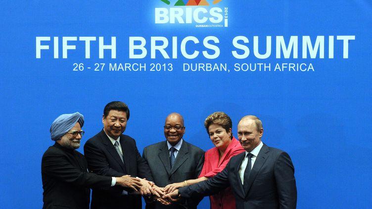 Les dirigeants indien Mammohan Singh, chinois Xi Jiping, sud-africain Jacob Zuma, brésiliens Dilma Rousseff et russe Vldimir Poutine, au sommet des BRICS de Durban (Afrique du Sud), le 27 mars 2013. (ALEXANDER JOE / AFP)