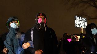 Des manifestants sont regroupés devant uncentre de policeàMinneapolis (Etats-Unis)après la mort d'un jeune homme noir à la suite d'une fusillade, le 11 avril 2021. (KEREM YUCEL / AFP)