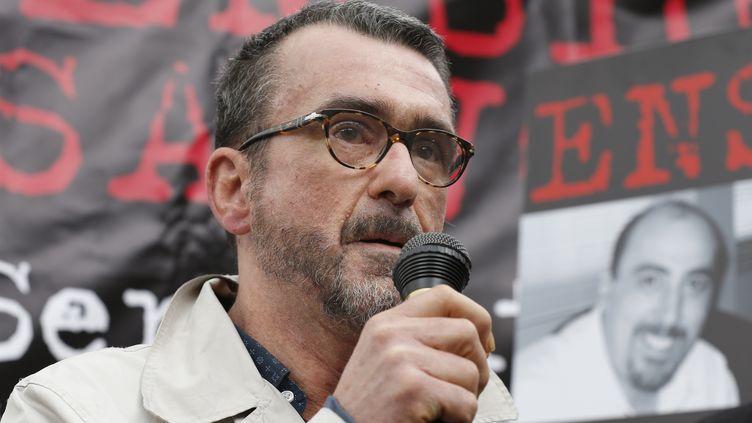 Richard Sedillot, l'avocat de Serge Atlaoui à Paris, pendant un rassemblement de soutien au Français détenu en Indonésie, le 25 avril 2015. (THOMAS SAMSON / AFP)