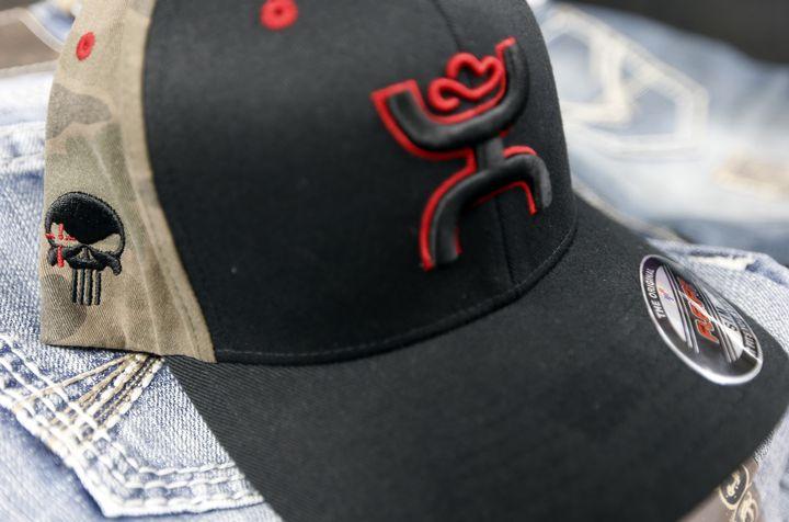 """Une casquette Hooey reprenant l'écusson de Craft International, une tête de mort inspirée du comics """"Punisher"""". (BRANDON WADE / GETTY IMAGES NORTH AMERICA)"""