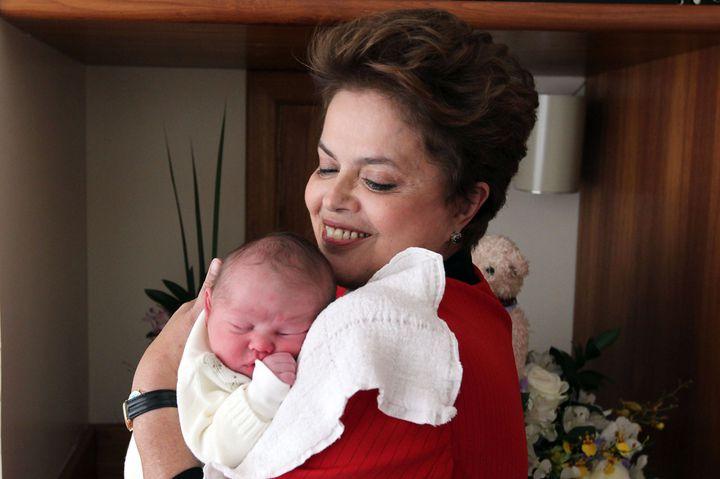Dilma Rousseff pose avec son premier petit-fils, Gabriel, le 9 septembre 2010 à Porto-Alegre, au Brésil. (ROBERTO STUCKERT FILHO / CAMPAIGN PRESS OFFICE / AFP)